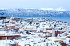 Paisaje urbano de Narvik en la oscuridad Noruega Fotos de archivo