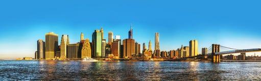 Paisaje urbano de New York City con el puente de Brooklyn Imagen de archivo