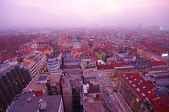 Paisaje urbano de niebla, Zagreb, Croacia imagenes de archivo
