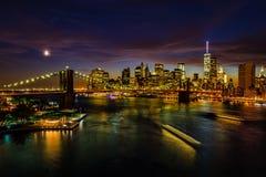 Paisaje urbano de Nueva York después de la puesta del sol Imagen de archivo