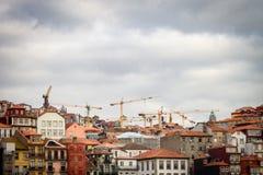 Paisaje urbano de Oporto bajo construcción imagenes de archivo