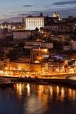Paisaje urbano de Oporto en la noche en Portugal Foto de archivo libre de regalías