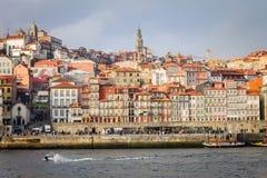 Paisaje urbano de Oporto en un día nublado foto de archivo