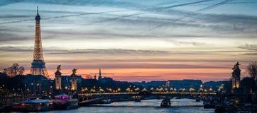 Paisaje urbano de París con el viaje Eiffel y Pont Alejandro III Imagen de archivo