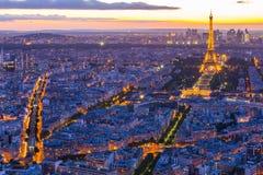 Paisaje urbano de París con la torre Eiffel en la noche en París, Francia fotos de archivo