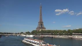Paisaje urbano de París con la torre Eiffel y los barcos colocados en el banco de río Sena almacen de video