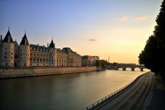 Paisaje urbano de París el Sena con la torre Eiffel fotos de archivo