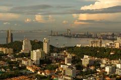 Paisaje urbano de Pattaya en curva de la playa de la demostración de la puesta del sol Fotografía de archivo libre de regalías