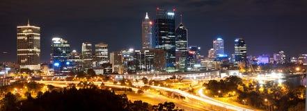 Paisaje urbano de Perth por noche foto de archivo