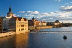 Paisaje urbano de Praga con el teatro nacional. Imagenes de archivo