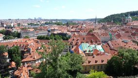 Paisaje urbano de Praga del castillo de Hradschin - cacerola vertical almacen de video