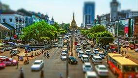 Paisaje urbano de Rangún con la carretera ocupada y la pagoda budista famosa de Sule de la capilla Myanmar (Birmania) Lapso de ti metrajes