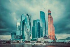 Paisaje urbano de rascacielos modernos de la ciudad de Moscú con el cielo nublado dramático Foto de archivo libre de regalías