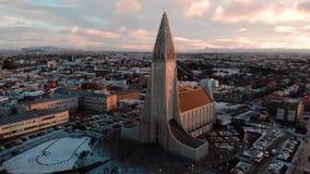 Paisaje urbano de Reykjavik en la opini?n a?rea de la se?al de Islandia almacen de metraje de vídeo