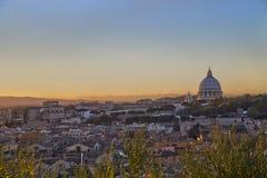 Paisaje urbano de Roma con los dom de San Pedro Imágenes de archivo libres de regalías