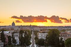 Paisaje urbano de Roma después de la puesta del sol Fotos de archivo