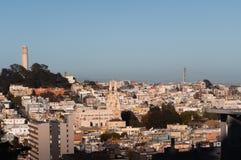 Paisaje urbano de San Francisco con la torre y el puente fotografía de archivo