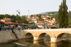 Paisaje urbano de Sarajevo con el río de Miljacka y un puente Imagenes de archivo
