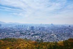 Paisaje urbano de Seul, la opinión del contraste entre la ciudad y naturaleza imagenes de archivo