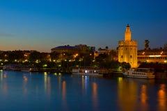 Paisaje urbano de Sevilla en la noche, España Foto de archivo libre de regalías