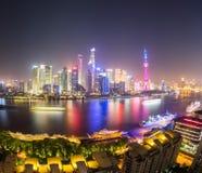 Paisaje urbano de Shangai en la noche Foto de archivo libre de regalías