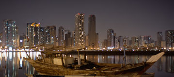 Paisaje urbano de Sharja. Opinión de la noche en la laguna de Khalid. Fotos de archivo libres de regalías