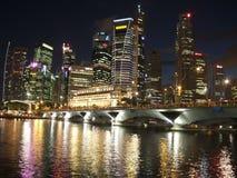 Paisaje urbano de Singapur de Night Imagen de archivo libre de regalías