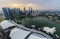 Paisaje urbano de Singapur después de llover la visión desde el hotel de la bahía del puerto deportivo Fotos de archivo libres de regalías