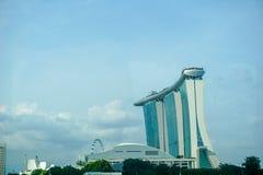 Paisaje urbano de Singapur en el edificio de la oscuridad y del negocio alrededor de la bah?a del puerto deportivo imagen de archivo libre de regalías