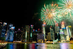 Paisaje urbano de Singapur en la noche, Singapur - 17 de julio de 2015 Foto de archivo libre de regalías