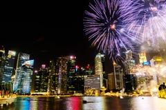 Paisaje urbano de Singapur en la noche, Singapur - 17 de julio de 2015 Fotos de archivo