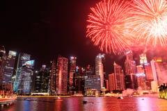 Paisaje urbano de Singapur en la noche, Singapur - 17 de julio de 2015 Imagen de archivo libre de regalías