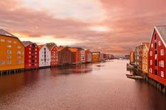 Paisaje urbano de Strondheim Noruega en la puesta del sol Foto de archivo libre de regalías