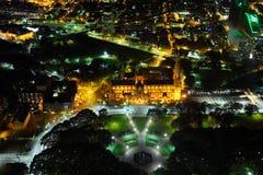 Paisaje urbano de Sydney en la noche con la catedral del St Marys foto de archivo