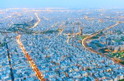 Paisaje urbano de Teherán Silueta del hombre de negocios Cowering Imagen de archivo libre de regalías