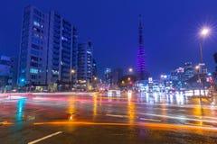Paisaje urbano de Tokio con los semáforos y la torre iluminada de Tokio, Japón Foto de archivo