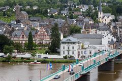 Paisaje urbano de Traben-Trarbach con la gente y los coches que cruzan el puente sobre el río Mosela Foto de archivo