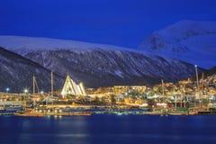 Paisaje urbano de Tromso en la oscuridad Fotografía de archivo libre de regalías