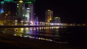 Paisaje urbano de una ciudad de Nha Trang en la noche Mar y farolas almacen de video