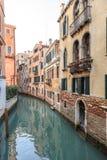 Paisaje urbano de Venecia, canal estrecho del agua, iglesia del campanil en fondo y edificios tradicionales Italia, Europa Imagen de archivo