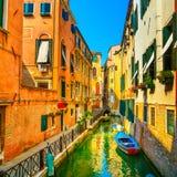 Paisaje urbano de Venecia, edificios, canal del agua y puente Italia Imágenes de archivo libres de regalías