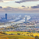 Paisaje urbano de Viena y de Danubio en el otoño en la oscuridad Fotografía de archivo libre de regalías