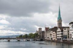 Paisaje urbano de Zürich con la torre del río de Limmat y de iglesia de Fraumünster Imagen de archivo libre de regalías