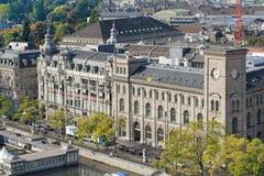Paisaje urbano de Zurich con el edificio de los posts de Fraumunster Imagen de archivo libre de regalías