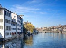 Paisaje urbano de Zurich, visión a lo largo del río de Limmat Imagen de archivo