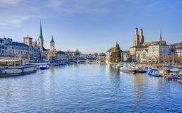 Paisaje urbano de Zurich - visión a lo largo del río de Limmat Fotografía de archivo