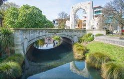Paisaje urbano del centro de la ciudad de Christchurch y del puente de la reflexión de la conmemoración en el río de Avon en Chri imagenes de archivo