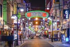 Paisaje urbano del distrito de la vida nocturna de Hiroshima, Japón Imagen de archivo libre de regalías