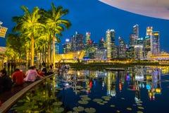 Paisaje urbano del distrito financiero Visión desde Marina Bay Sands, Singapur en la noche foto de archivo