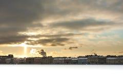 Paisaje urbano del invierno con el sunligth Foto de archivo libre de regalías